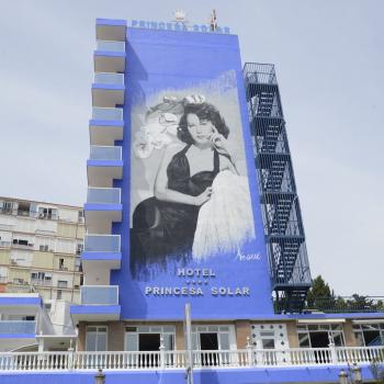 Ava Gardner deslumbra desde la fachada del Hotel Princesa Solar de Torremolinos